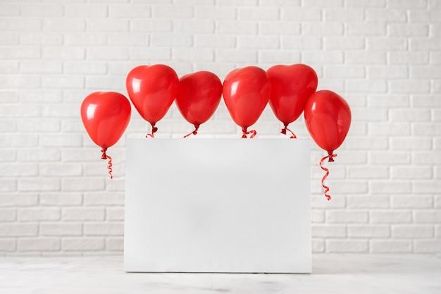 Skład walentynki z czerwonymi balonami na białym tle