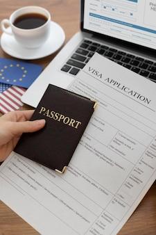 Skład wniosku wizowego z flagą europy i ameryki
