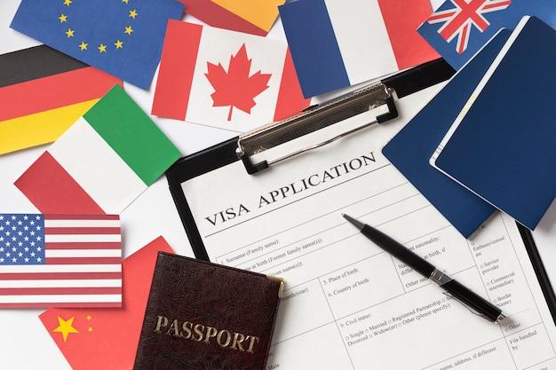 Skład wniosku wizowego z różnymi flagami
