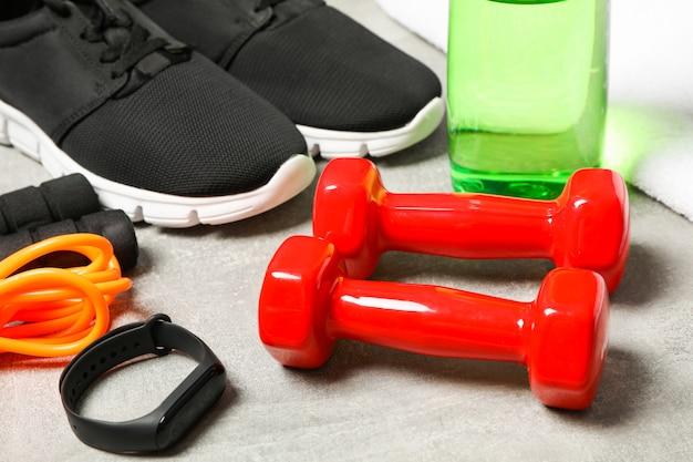 Skład z akcesoriami zdrowego stylu życia na szarym tle