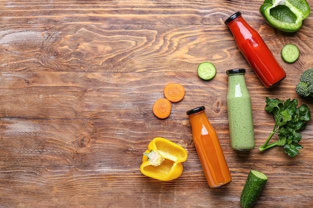 Skład z butelek zdrowego smoothie na powierzchni drewnianych
