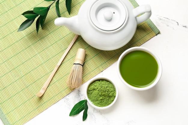 Skład z herbatą matcha na jasnym tle