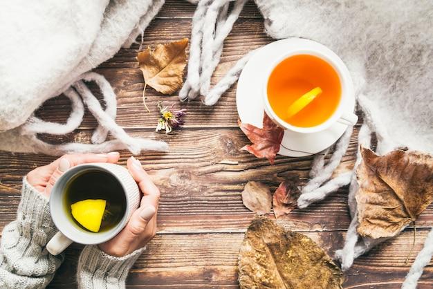 Skład z jesieni herbatą i kawą na stole