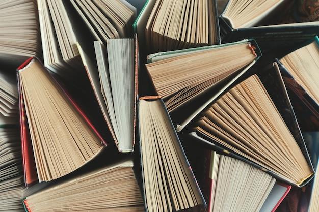 Skład z książkami na stole