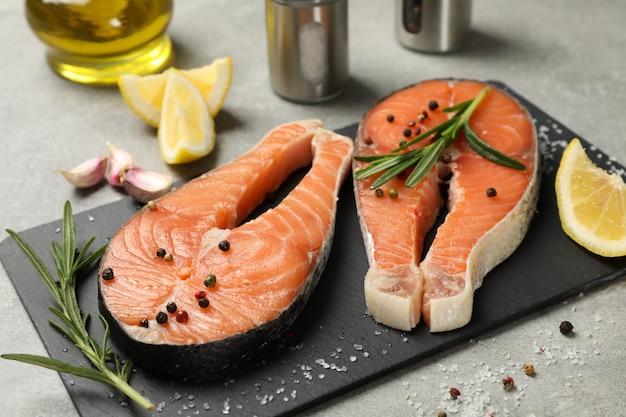 Skład z łososiowym mięsem i pikantność na szarym tle, zamyka up