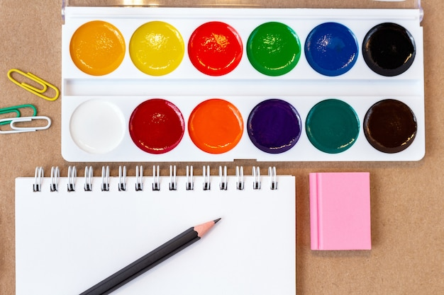 Skład z ołówkiem pustej strony kolorowy ołówek, marker i akwarele z miejsca na kopię. powrót do koncepcji szkoły
