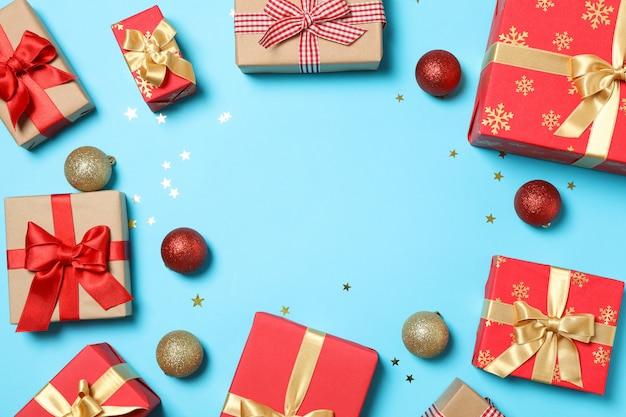 Skład z prezentów pudełkami na błękitnym tle, przestrzeń dla teksta