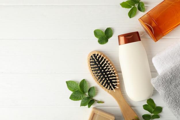 Skład z produktów do pielęgnacji włosów na podłoże drewniane, widok z góry