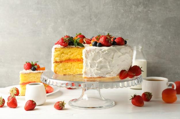Skład z pysznym kremem jagodowym na szarym tle. smaczny deser