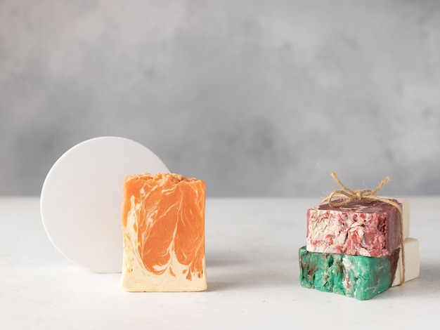 Skład z ręcznie robionych kostek mydła naturalnego na szarym tle. produkty kosmetyczne diy. miejsce na tekst lub projekt.
