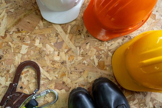 Skład z różną budową, standardowej budowy zbawczy wyposażenie na drewnianym tle.