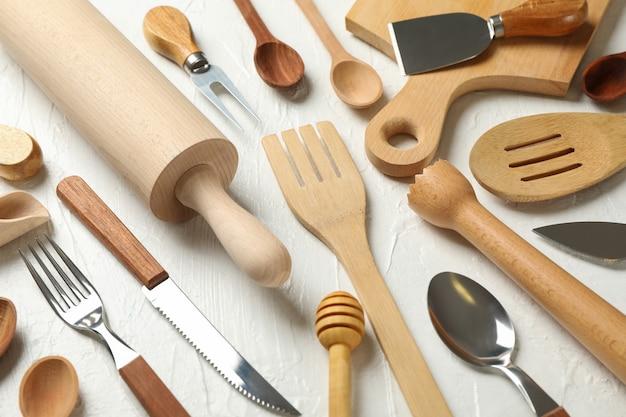 Skład z różnych sztućców kuchni na białym tle