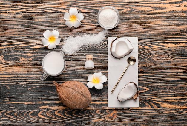 Skład z różnymi produktami kokosowymi na drewnianym