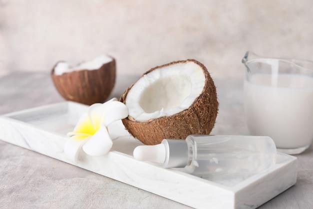 Skład z różnymi produktami kokosowymi na stole