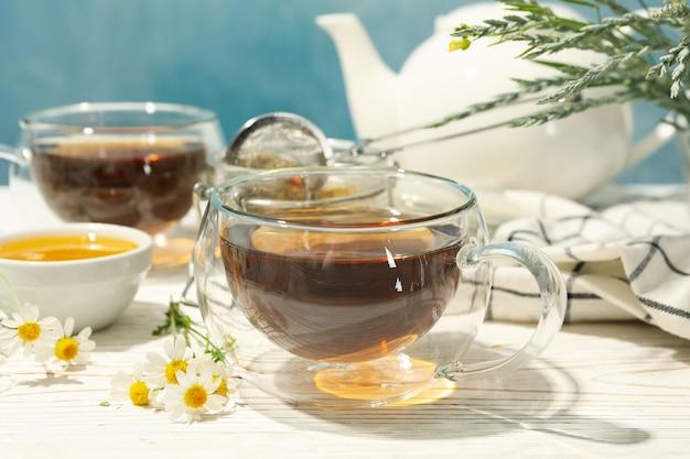 Skład z rumianku herbatą na białym drewnianym stole