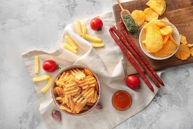 Skład z smacznymi frytkami na stole