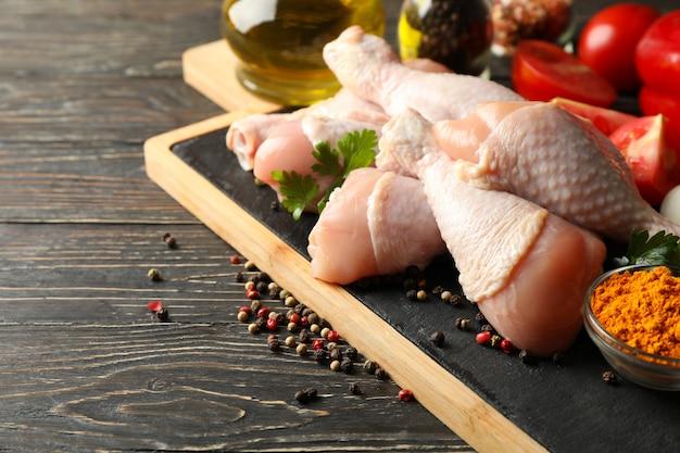 Skład z surowym kurczaka mięsem na drewnie, zamyka up