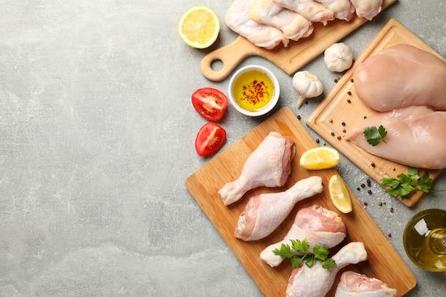 Skład z surowym kurczakiem na popielatym, odgórnym widoku ,. gotowanie kurczaka