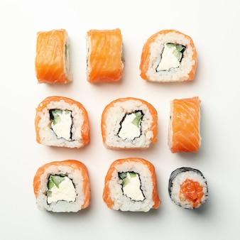 Skład z suszi rolkami na biel powierzchni. japońskie jedzenie