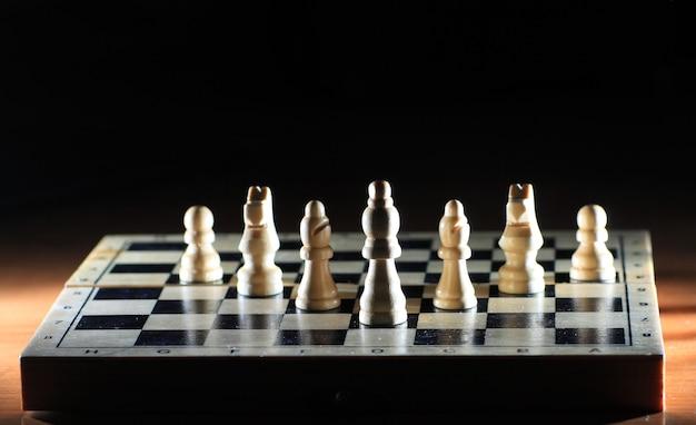 Skład z szachy na błyszczącej szachownicy