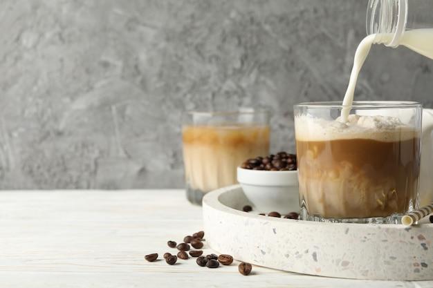 Skład z tacą z mrożoną kawą na drewnianym tle