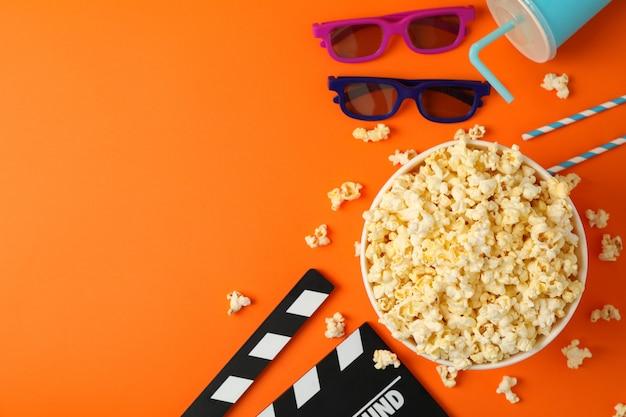Skład z wiadrem popcornu na pomarańczowo.