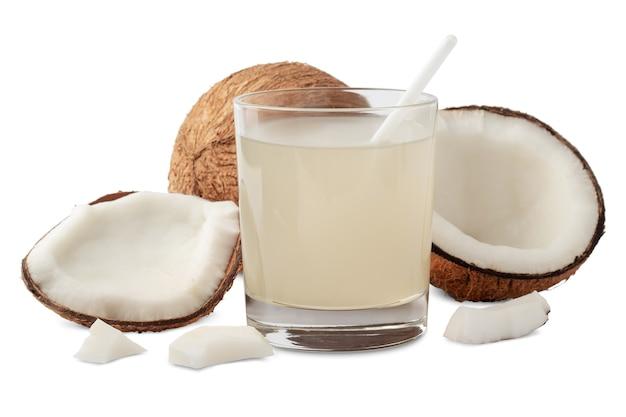 Skład z wodą kokosową w szkle i smaczne orzechy, na białym tle