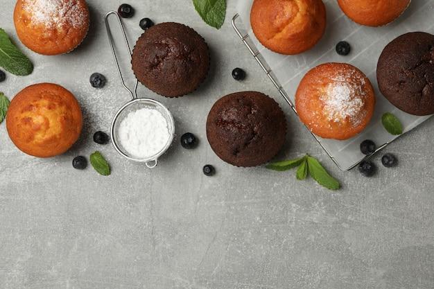 Skład z wyśmienicie muffins na szarym tle, odgórny widok