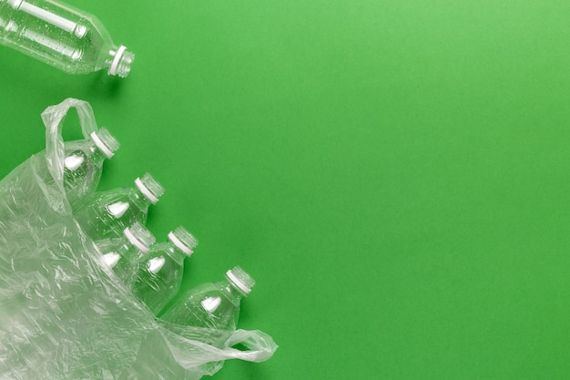 Skład zanieczyszczenia odpadami z tworzyw sztucznych. sortowanie i recykling. jednorazowe plastikowe butelki na wodę. koncepcja ekologiczna.