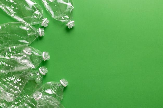 Skład zanieczyszczenia odpadami z tworzyw sztucznych. sortowanie i recykling. jednorazowe plastikowe butelki na wodę.