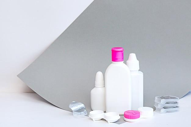 Skład zawiera butelki z roztworami i pojemnik na soczewki z miejscem na kopię