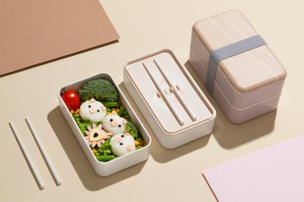 Skład zdrowego japońskiego pudełka bento
