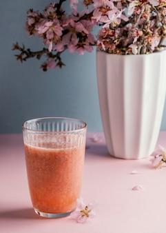 Skład zdrowego napoju na stole