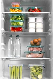 Skład zdrowej surowej żywności w lodówce