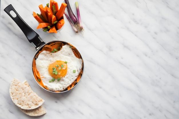Skład zdrowej żywności z jajkiem sadzonym