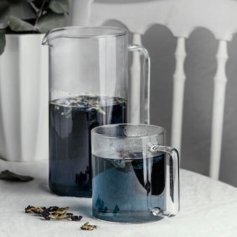 Skład zdrowy niebieski napój na stole