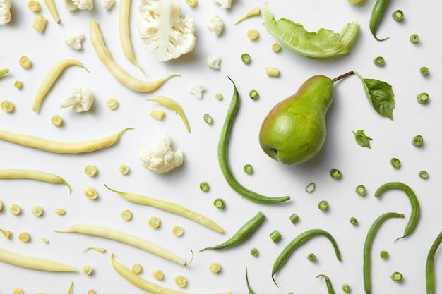 Skład ze świeżych warzyw i owoców na białym stole