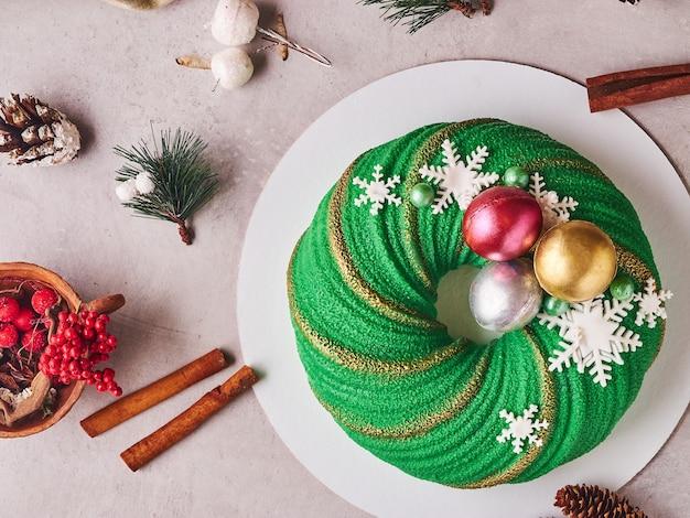 Skład zielonego tortu bożonarodzeniowego z szyszkami i cynamonem
