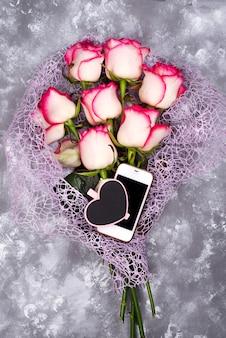 Składa się z róż i telefonu komórkowego oraz serca tablica