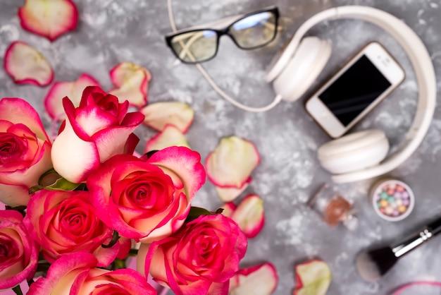 Składa się z róż i telefonu komórkowego z tyłu rozmyte tło