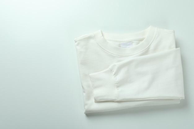Składana bluza na białym tle