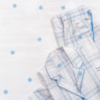 Składana ciepła biała piżama w niebieską kratkę lub paski