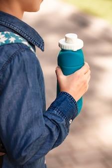 Składana silikonowa butelka w dziecięcej dłoni
