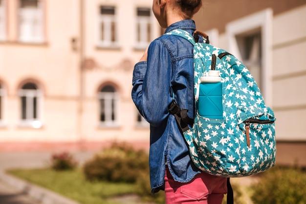 Składana silikonowa butelka w plecaku małej dziewczynki dziecko nosi plecak z butelką wielokrotnego użytku