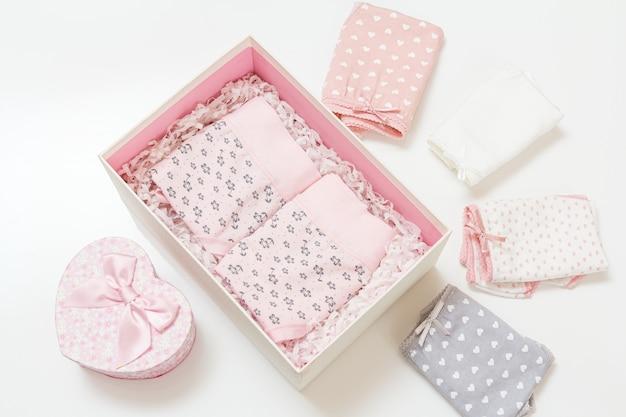 Składane bawełniane figi w różnych kolorach w pudełku i na białej powierzchni