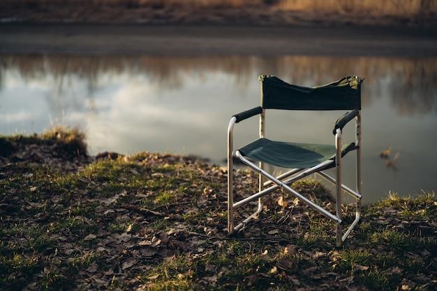 Składane krzesło wędkarskie nad jeziorem aktywne podróżowanie na świeżym powietrzu