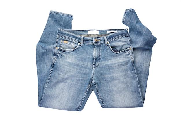 Składane męskie niebieskie spodnie jeansowe na białym tle.