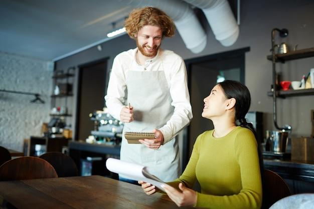 Składanie zamówień w kawiarni