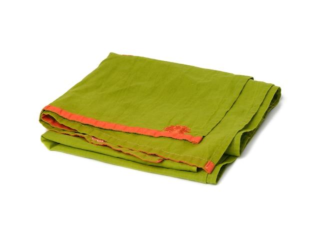 Składany zielony lniany ręcznik na białym tle, widok z góry