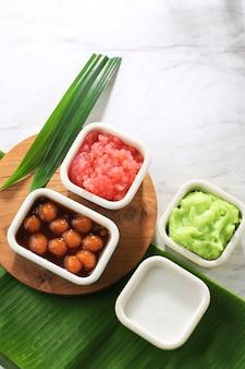 Składnik es bubur sumsum lub es bubur lemu bandung, popularnej tradycyjnej owsianki z jawy zachodniej, wyprodukowanej z mąki ryżowej, candil (lepka kulka ryżowa) i perły tapioki. widok z góry z miejscem kopiowania